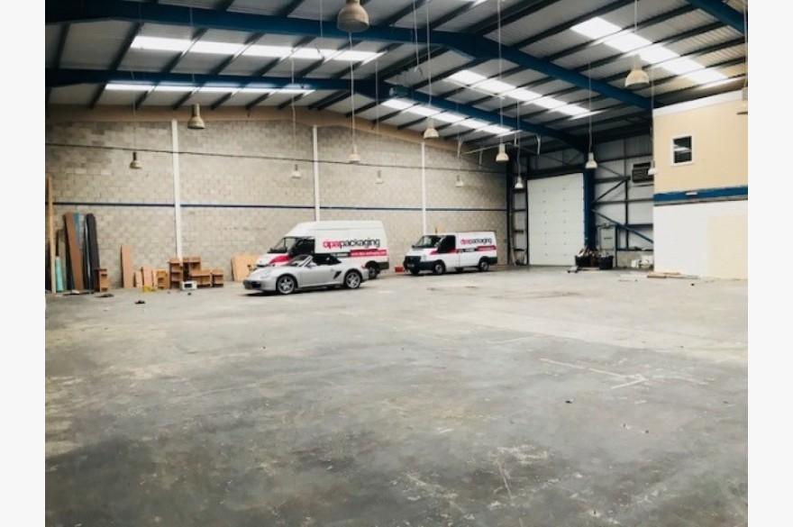 Warehouse/garage/workshop Industrial To Rent - Image 3