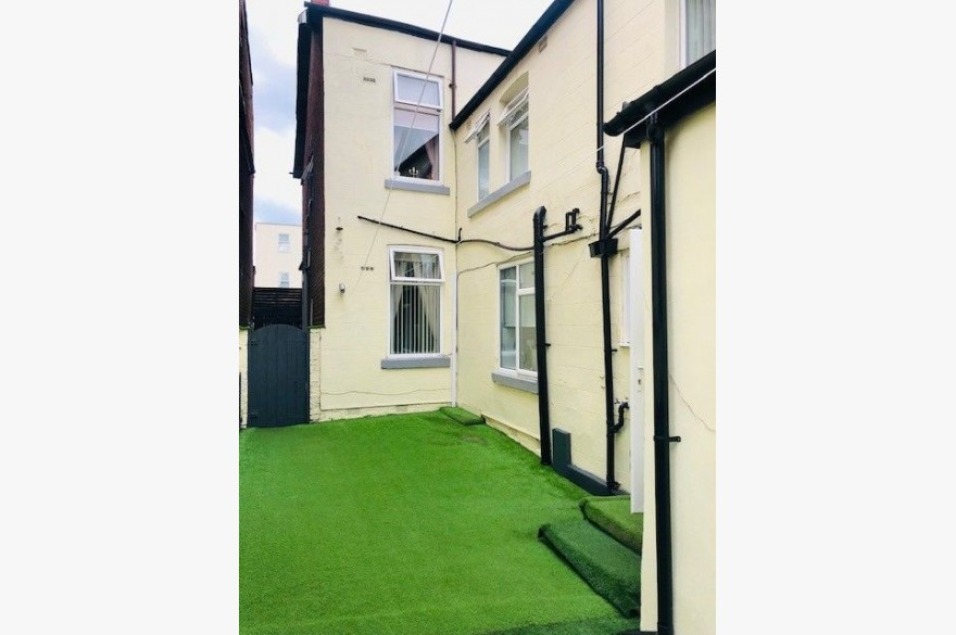 6 Bedroom Hotel For Sale - Photograph 4